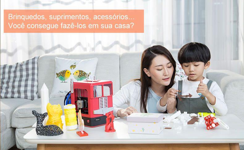 Imagem demonstra uma mãe e filho com diversas peças impressas 3d indagando se o leitor consegue fazer estes objetos em casa