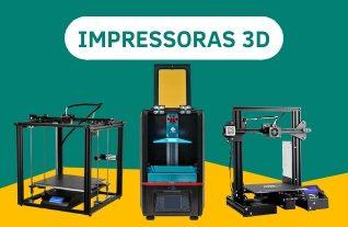 """3 impressoras 3d alinhadas sobre um plano amarelo e com um texto verde escrito """"impressoras 3d"""""""