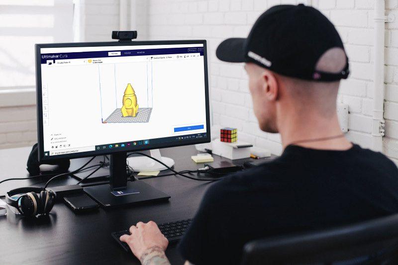 Pessoa fazendo modificações em um projeto 3D para imprimir
