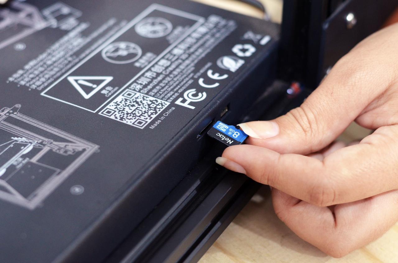 Foto demonstrativa da inserção do cartão SD