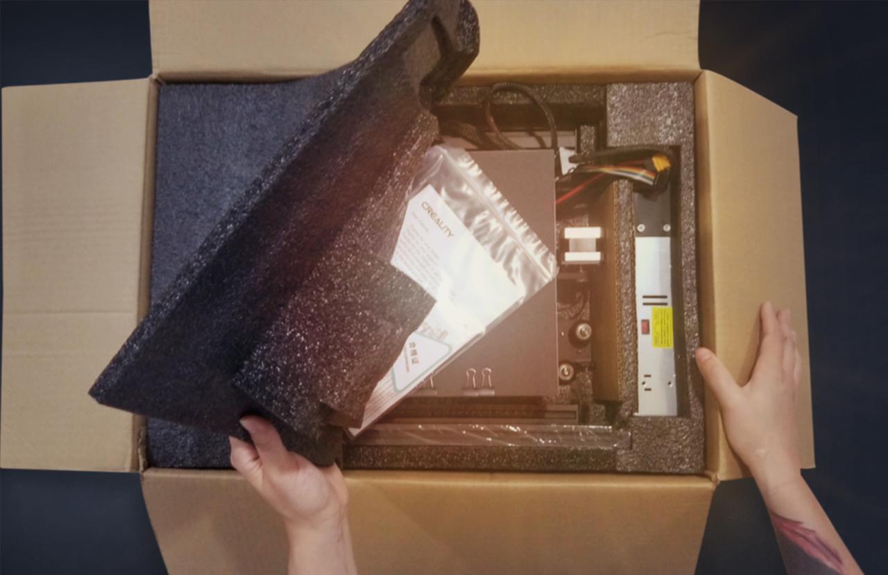 Foto demonstrativa da caixa sendo aberta para dar inicio a montagem da impressora 3D