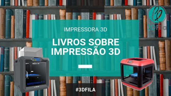 Fundo de livros em uma biblioteca com exibição de duas impressoras 3d a guider iis e a finder da marca flashforge. Direzes livros sobre impressão 3d