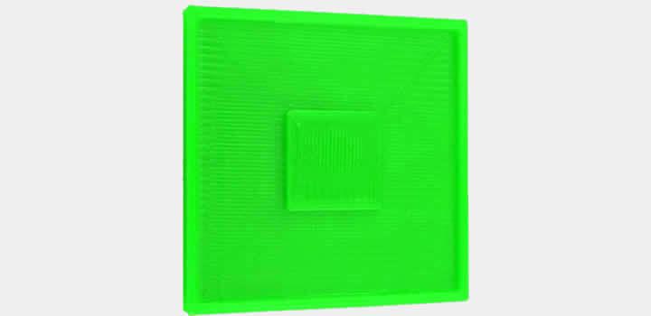 Imagem de uma peça impressa com filamento 3d pla verde basic demonstrando arranhões na última camada topo