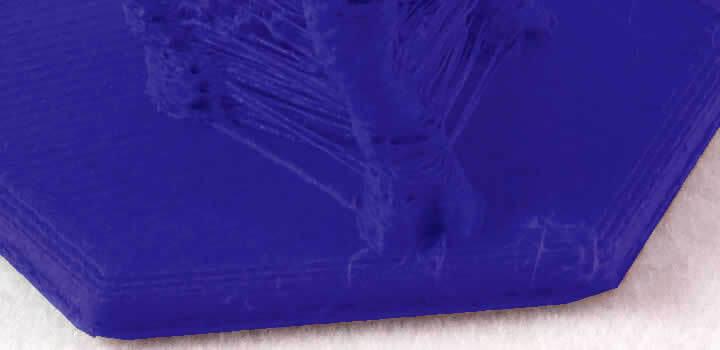 foto de parte de peça impressora com filamento 3d abs azul para impressora 3d com falhas no suporte